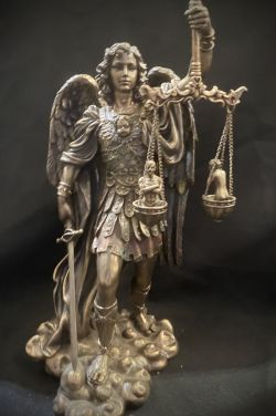 "ARCHANGEL MICHAEL ""Weighing Of The Souls""Statue 28cm tall"
